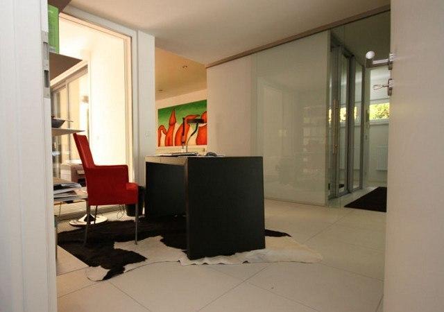 Schreibtisch: Hier der Blick vom Arbeitszimmer in den Flur, der kernlederbezogene Schreibtisch im Mittelpunkt