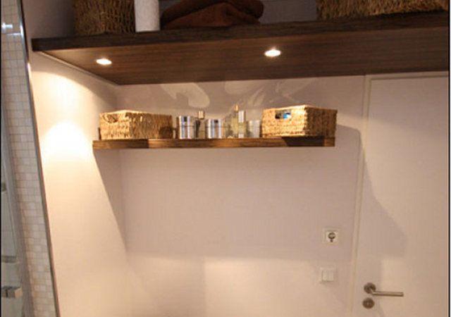 Badezimmer mit maßgefertigten Möbeln, integrierter Beleuchtung und einer Sitzbank