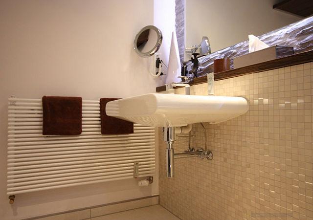 Das neue Badezimmer mit dem modernen Waschbecken