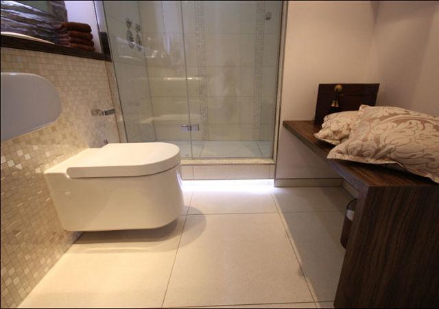 Gemütliches Badezimmer mit modernen Badobjekten