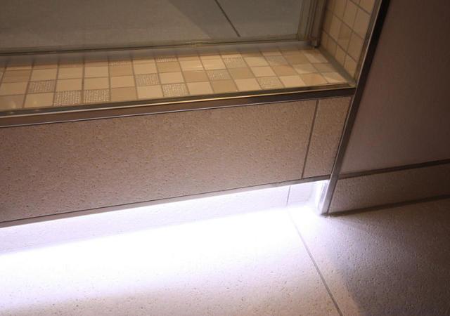 Badezimmer-Idee: Eine beleuchtete Stufe spendet Licht und verhindert ungewolltes Stolpern
