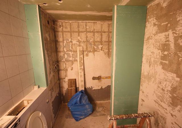 Die Arbeiten im Badezimmer mit komplettem Rückbau und einer neuen Trockenbauwand.