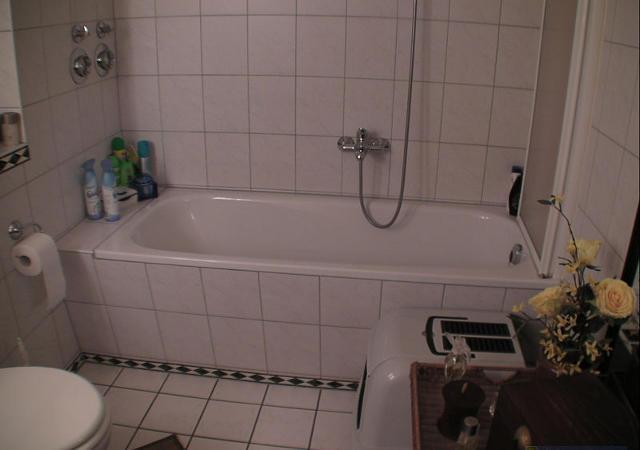 Das Badezimmer mit der alten Badewanne