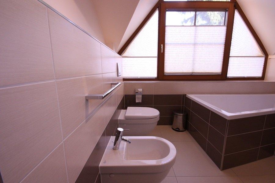 Ein auf Maß gefertigtes Plissee dient als Sichtschutz vor unerwünschten Blicken. Ausstattungsdetails wie Handtuchhalter, Seifenschale, Papierrollenhalter usw. gehören ebenfalls zu unserer Komplettleistung.