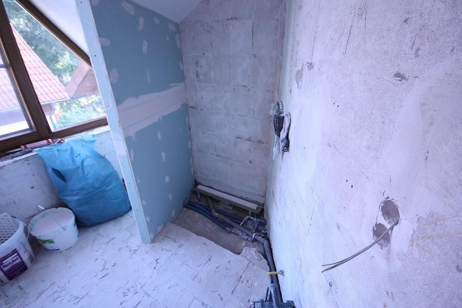 Erneuerung der Abwassersinstallation und Setzen der neuen Duschabtrennung