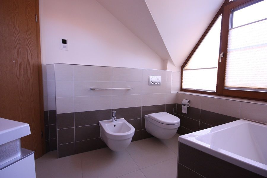 Mit einem Design-WC und einem Bidet aus der gleichen Produktserie bietet das neue Bad nach der Badsanierung viel Komfort.