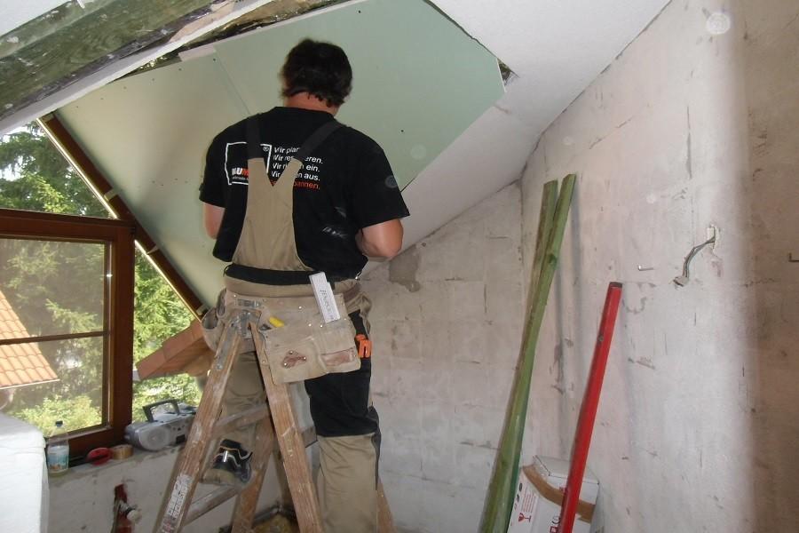Wir erneuern die Trockenbauplatten der Badezimmerdecke.