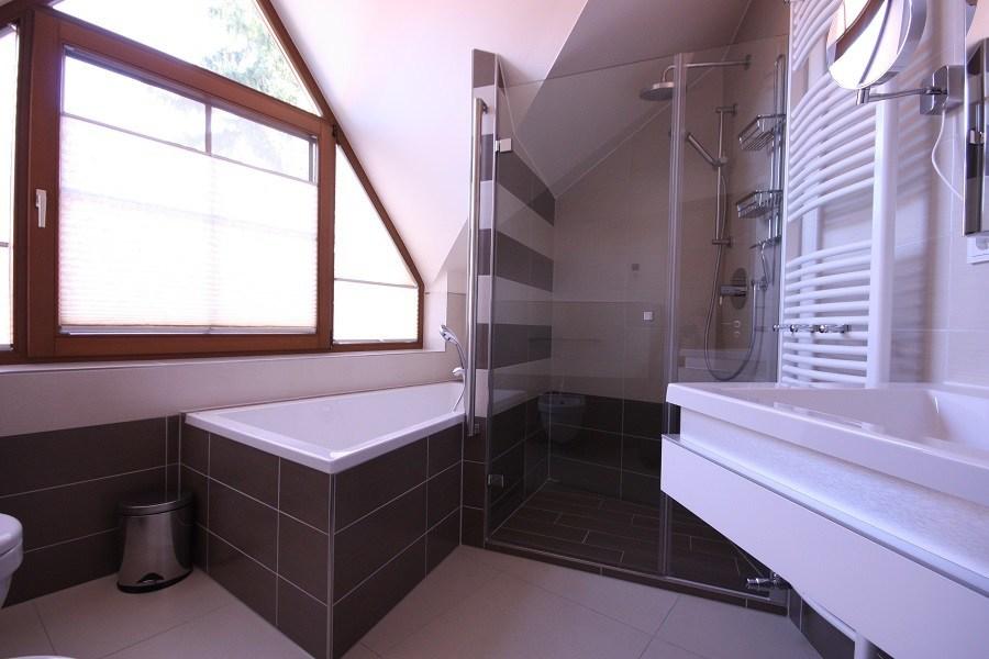 Die neue Glasdusche bietet viel Platz zum Duschen und sieht richtig edel aus.