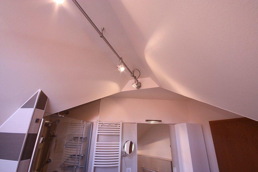 Das neue Bad wird jetzt mithilfe moderner Strahler bzw. Deckenspots beleuchtet.