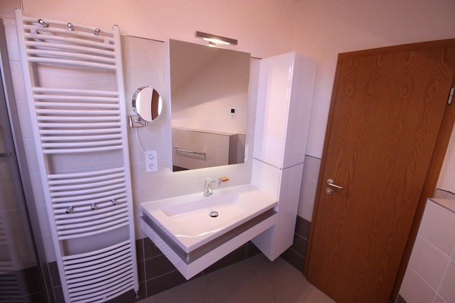 Unsere beliebteste Badserie besteht aus einem asymmetrische Waschtisch und gefällt unseren Kunden außerordentlich gut. Dazu gibt es auch eine Badewanne in gleicher Form.