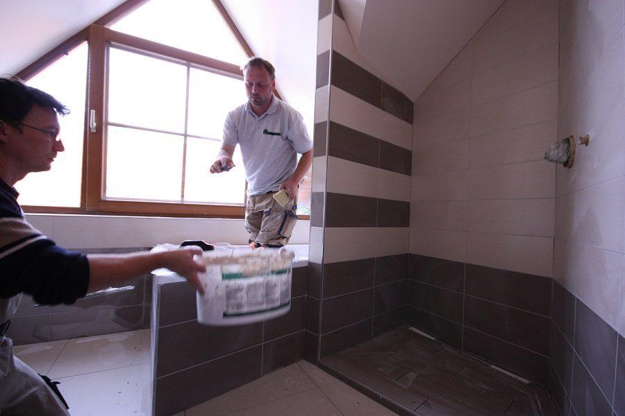 Mit den Arbeiten, die bei einer Badsanierung den größten Schmutz verursachen, sind wir fertig. Nun beginnen wir mit der Reinigung. Danach werden dann die Möbel montiert.