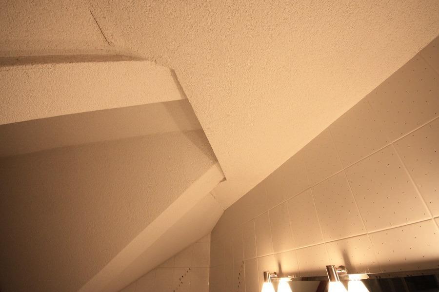 Vor der Badsanierung: die Raumdecke hat viele Ecken und Kanten