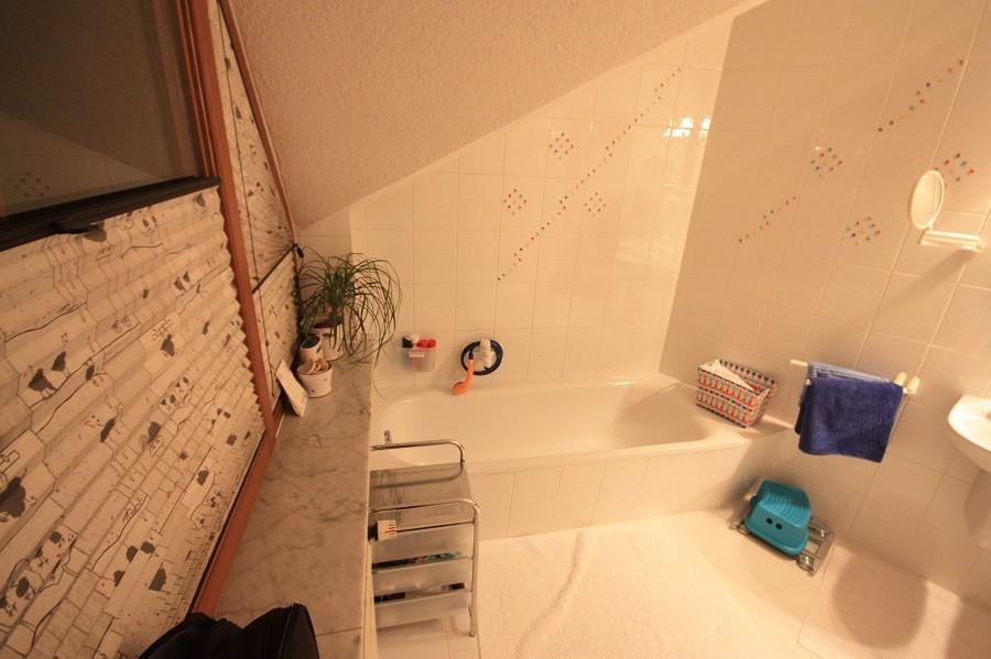 Vor der Badsanierung: Fenster und Badewanne