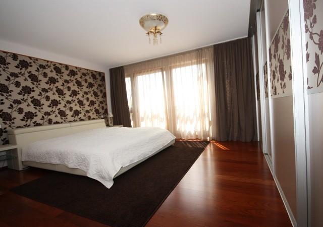 Gemütliches, großes Schlafzimmer. Exklusives Bett, Nachttische und Wandspiegel in echtem Leder. Sehr individuell: Schöne Designtapete findet sich auf der Wand und den Schiebetüren wieder.