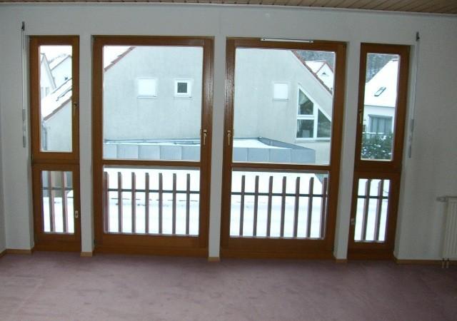 Das ehemalige Schlafzimmer vor dem Dachausbau. Eine vertäfelte Decke und weiße Raufasertapete sind nicht mehr zeitgemäß