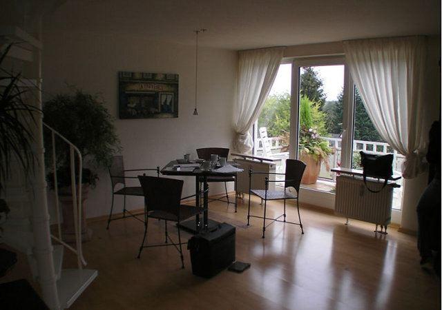 So sah das Wohnzimmer vor dem Dachausbau aus. Viele kleine unterschiedliche Möbel verbreiteten ein optisches Chaos.
