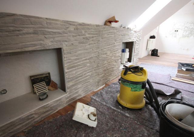 Wandverkleidung in Steinoptik – Hier sehen Sie das Stellen der Wandverkleidung im Wohnzimmer während des Dachausbaus