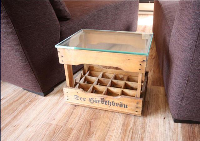 Eine alte Weinkiste bauten wir als Beistelltisch um. Sie hat sie einen neuen Verwendungszweck und erinnert unsere Kunden an einen schönen Urlaub