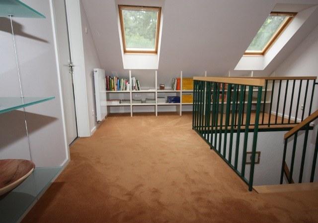 Den Treppenflur gestalteten wir hell und freundlich. Die Möbel unter dem Drempel wurden individuell gefertigt um wertvollen Stauraum zu schaffen