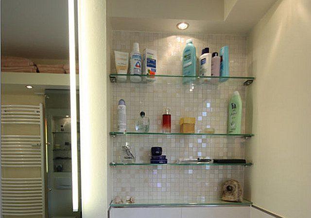 Design-Bad: Gut genutzt ist hier die Nische mit den Glasregalen.