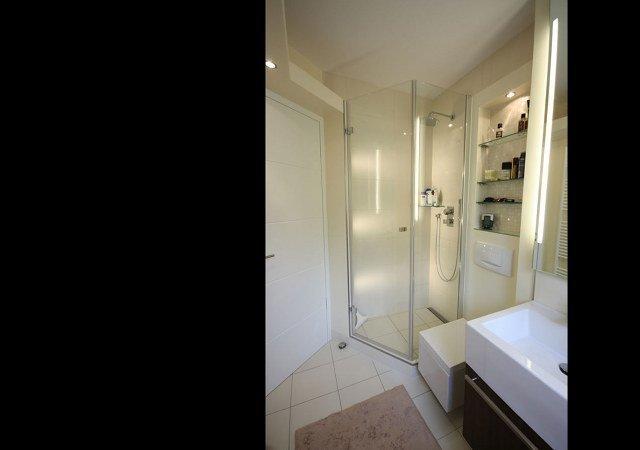 Das Design-Bad haben wir mit einer modernen Glasdusche ausgestattet.