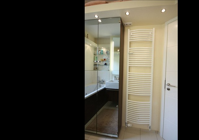 Ein schönes Detail Design-Bades ist der Lichtkranz mit Downlights