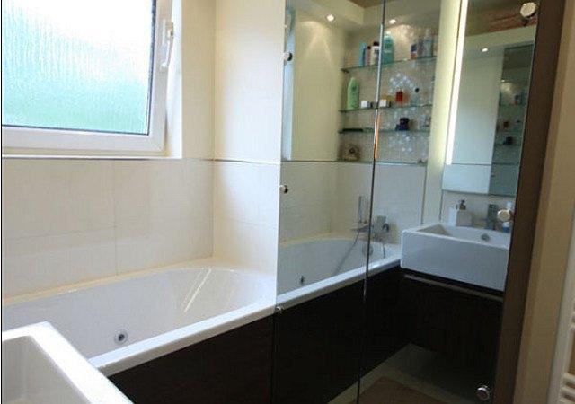 Individuelles Design-Bad mit einer Whirlwanne und modernem Einbauschrank