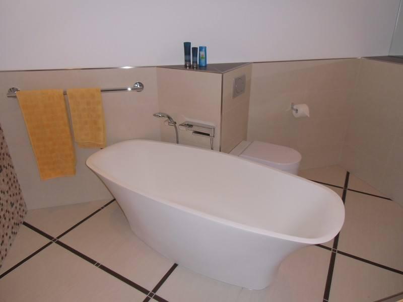 Die freistehende Badewanne ist das Schmuckstück und der Blickfang
