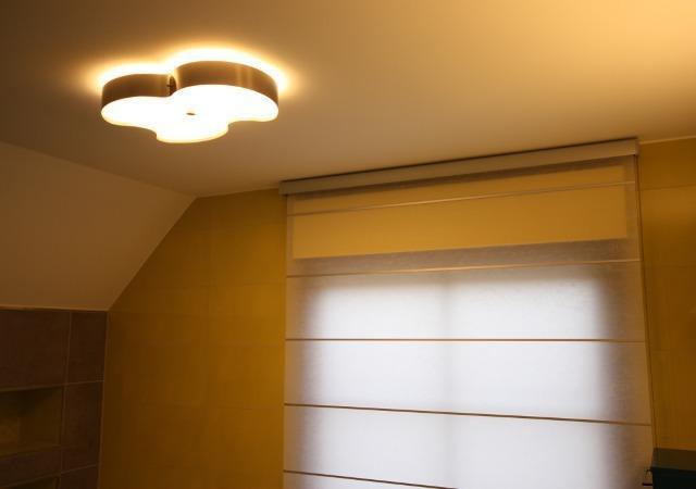 Designbad: Geschmackvolle Leuchte und ein edles Rollo aus japanischen Maulbeerbaumpapier.