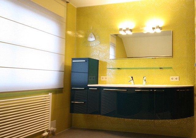 Dieses Designbad schmückt eine gebogene Möbelkomposition