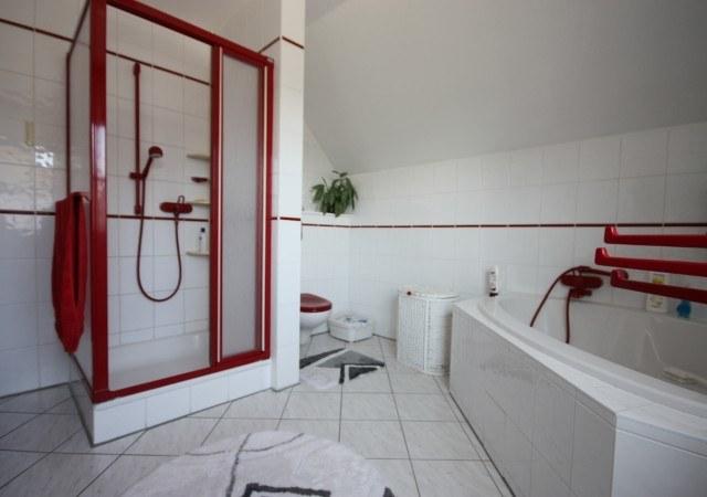 So sah das Bad vor der Badsanierung aus, Blick zur Dusche