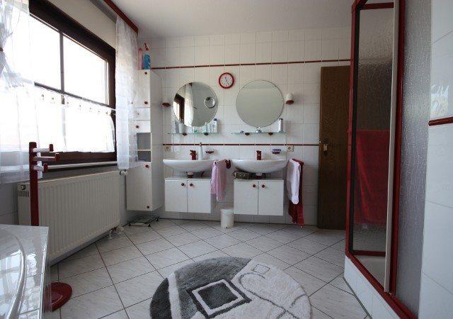 So sah das Bad vor der Badsanierung aus, Blick zum Waschbecken