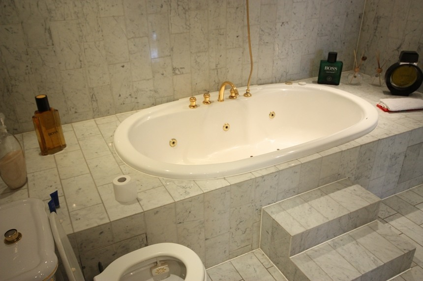 Bad vorher: Stufen vor der Badewanne