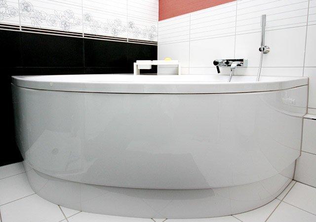 Designerbad mit Eckbadewanne und edlen Fliesen