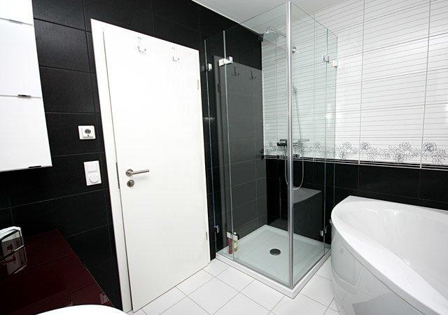wohnidee f r ein designerbad in schwarz wei raumax. Black Bedroom Furniture Sets. Home Design Ideas