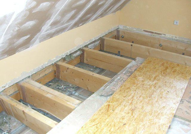 Im Spitzboden erneuerten wir die Fußbodenkonstruktion, das es beim Begehen Geräusche machte