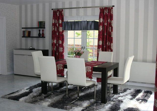 Haus renovieren - Hier sehen Sie den neu gestalteten Essplatz. Gemütliche Lederstühle und ein großer Esstisch bieten Platz für 6 Personen.