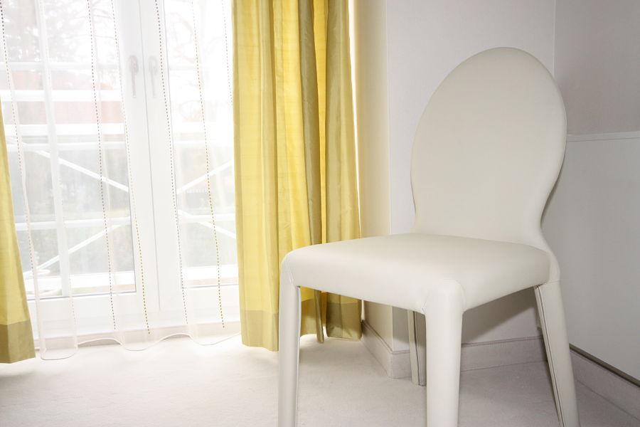 Im Gästezimmer legten wir auch Wert auf hochwertige Details - ein Stuhl aus samtweichem Leder dient als stummer Diener.