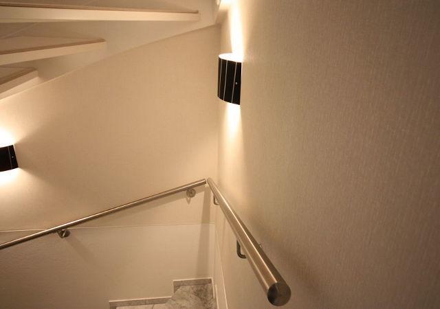 Haus renovieren - Nach der Hausrenovierung wirkt der Treppenaufgang modern und passt zur Gesamtgestaltung.
