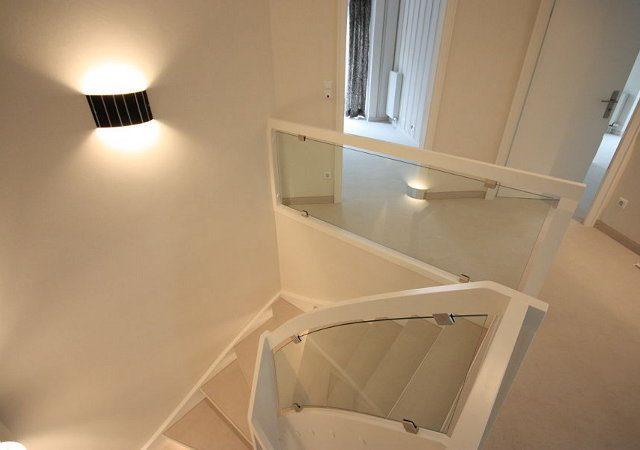 Haus renovieren - Das Geländer bekam einen neuen Anstrich, die Stufen einen passenden Belag und Licht geben formschöne Leuchten aus Glas.