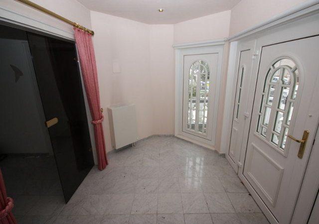 Haus renovieren - Der Windfang mit rosafarbenen Vorhängen und Wänden