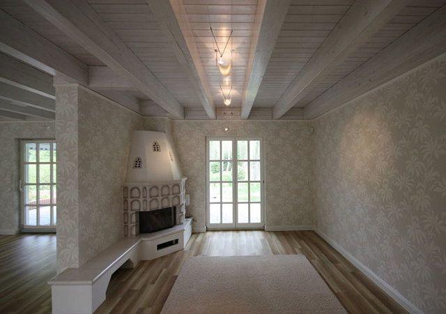 Hausrenovierung - Die Kunden waren glücklich, sich für den neuen Bodenbelag entschieden zu haben. An der Decke sehen sie die filigranen Segelleuchten.