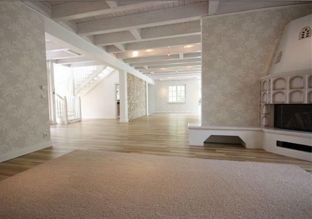 Hausrenovierung - Nach der Renovierung erstrahlt das Erdgeschoss in hellen Beigetönen. Der Kamin passt perfekt in das Farbkonzept.