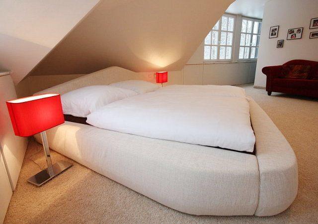 Hausrenovierung - Die sehr tiefe Schräge nutzten wir als Schlafplatz. Somit passte das Designbett mit seinen Proportionen und der Höhe ideal.