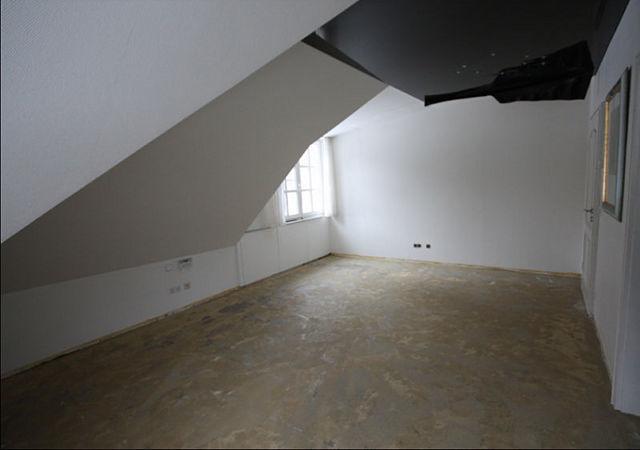 Das Obergeschoss mit seinen Ecken und Kanten vor der Hausrenovierung. Und wieder eine Spanndecke!
