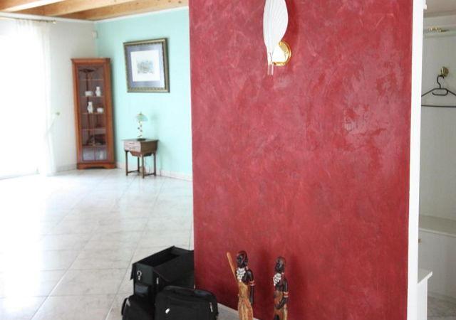 Vor der Hausrenovierung waren viel Wände sehr bunt gestrichen, bzw. beschichtet.