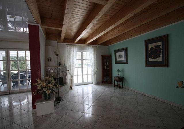 Das gesamte Untergeschoss wirkt durch die Holzbalkendecke und die bunten Wandfarben sehr dunkel.