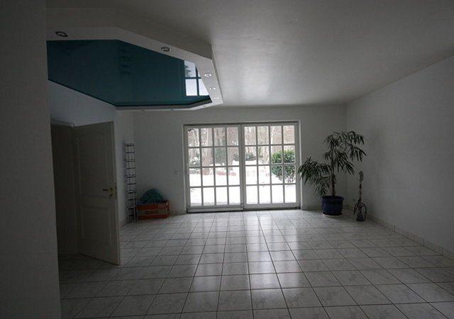 Hausrenovierung - Spanndecken so weit das Auge reicht. Der Vorbesitzer möchte diese Einrichtung wohl sehr.