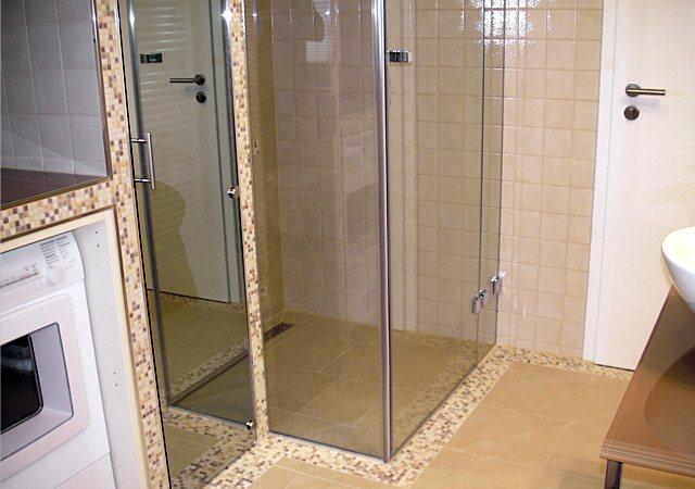 Nachher: Komplettbad – Eine schöne bodenebene Dusche aus Glas ist sehr komfortabel