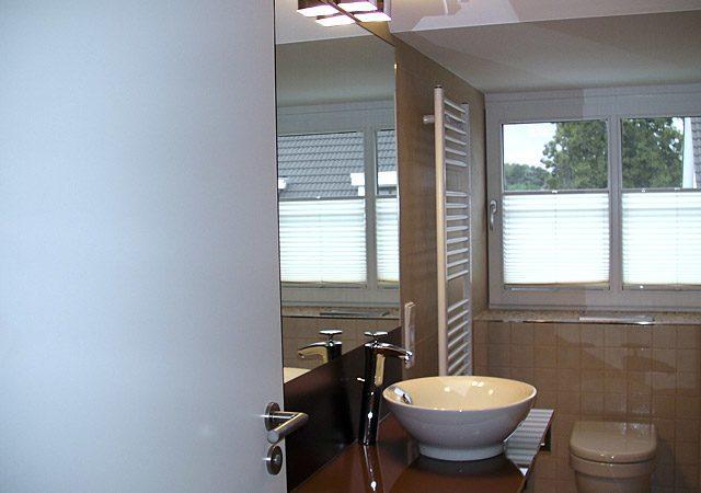 Nachher: Das neue Bad ist nun viel gemütlicher, hier Blick zum Fenster
